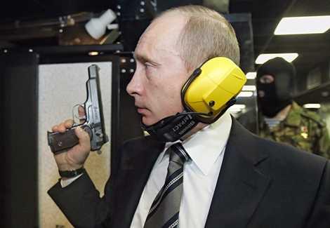 Ông Putin tập bắn súng ngắn trong phòng tập