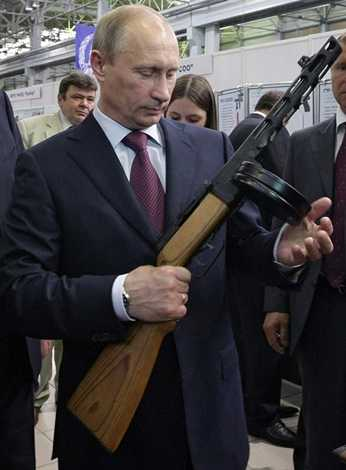 Trong tay ông Putin là khẩu SMG Shpagin