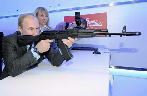 Tổng thống Nga Vladimir Putin cầm khẩu AK-74 tại triển lãm Đường sắt Nga
