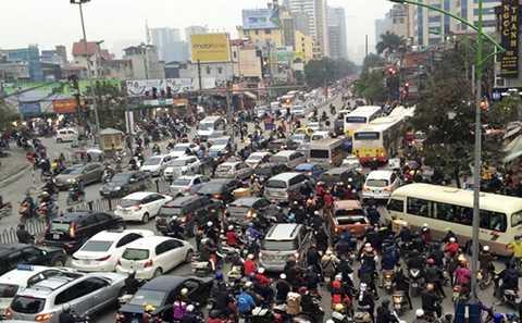 Các phương tiện chôn chân trên phố Giảng Võ từ ngã tư Cát Linh đến tận Đê La Thành. (Ảnh: Mỹ Hà).