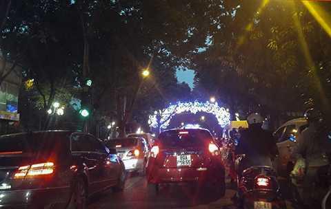 Gần 7h tối, các phương tiện vẫn gần như không thể nhúc nhích trên đường Phan Đình Phùng. (Ảnh: Thế Nam).