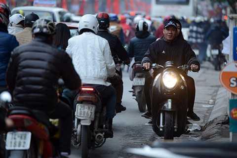 Nguyên nhân ùn tắc có phần nguyên nhân từ ý thức kém của những người tham gia giao thông bất chấp quy định, đi ngược chiều như thế này