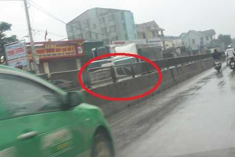 Một số xe đã bất chấp nguy hiểm, chạy sang đường 1 chiều để vượt qua