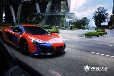 Đầu tiên là siêu xe McLaren 650S với bộ cánh của người nhện. Toàn bộ thân xe được phủ kín bởi hai màu đỏ, xanh lam chủ đạo. Đây cũng là hai màu sắc rất đặc trưng của người nhện trong bộ phim cùng tên. Bên cạnh đó còn là các chi tiết nhện và mạng nhện màu đen đối lập.