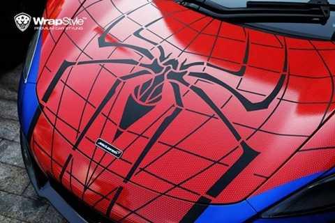 Trên nắp capo là hình ảnh một chú nhện