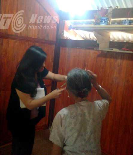 Một thầy mo đang làm nèm đòi nợ cho một người phụ nữ ở Hà Nội
