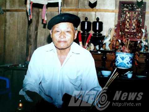 Theo lời đồn, thầy mo Hoàng Văn Thục đã làm bùa để chàng giáo viên tên Sơn mê mệt cô gái Mường
