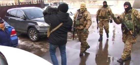 Nhóm cảnh sát đặc nhiệm Ukraine bịt mặt tham gia lục soát các căn hộ người Việt ở khu chung cư Làng Sen.