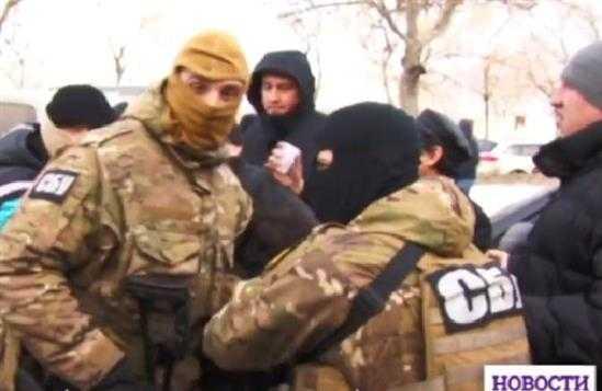Đặc nhiệm Ukraine bịt mặt tới lục soát khu chung cư Làng Sen của người Việt tại Odessa.