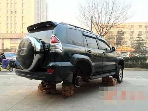 Chiếc xe xịn của một con nợ ở Trung Quốc bị chủ nợ họ Triệu tháo hết lốp