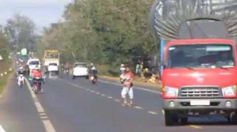 Nam thanh niên chạy ra giữa đường chặn xe ôtô (Ảnh:Thanh Hải)