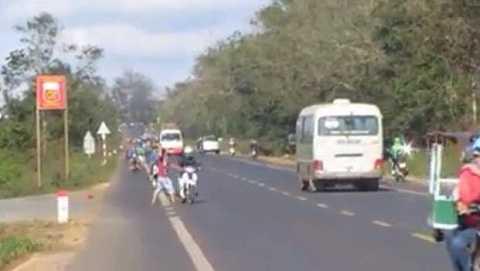 Nam thanh niên ném đá người đi xe gắn máy (Ảnh:Thanh Hải)