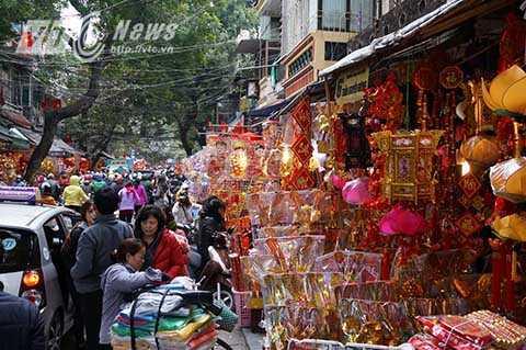 Ngày mai là đến 23 tháng Chạp Âm lịch nhiều người dân đã đổ về phố Hàng Mã để mua sắm đồ lễ cho ngày cúng ông Công ông Táo.