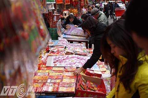 Trên phố, các cửa hàng đã bắt đầu trưng ra những món đồ lễ của ngày ông Công, ông Táo năm nay để người dân lựa chọn.