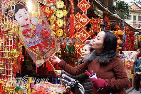 Một tiểu thương buôn bán tại phố Hàng Mã cho biết, chủ yếu những món đồ trang trí cao cấp, sặc sỡ sắc màu thường được nhập từ Trung Quốc