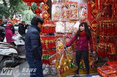 Còn những đồ cúng hàng mã phổ thông thì được lấy từ làng Đông Hồ (Thuận Thành, Bắc Ninh) và Văn Hội (Thường Tín, Hà Nội).