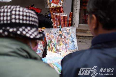 Có thể nói ngày Tết ông Táo và Tết Nguyên đán là dịp buôn bán sôi động nhất của các tiểu thương trên phố Hàng Mã.