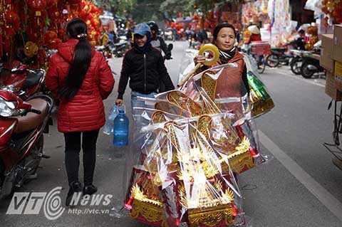 Những gánh hàng rong bán đồ lễ đi vào từng con ngõ phục vụ người dân Thủ đô.