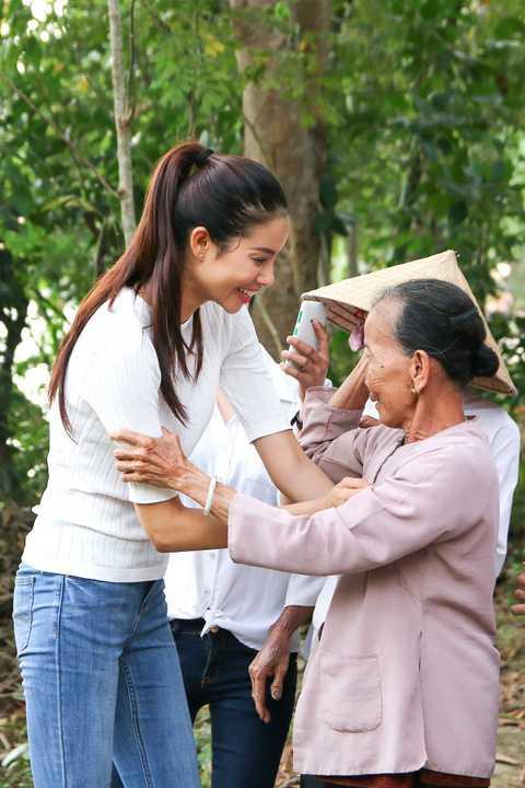 Những hình ảnh các người đẹp đổ mồ hôi giữa trời nắng vui vẻ trò chuyện cùng bà con đã để lại thiện cảm đẹp trong lòng nhiều người dân địa phương. Có nhiều người đã khóc trước sự chân thành của các người đẹp.