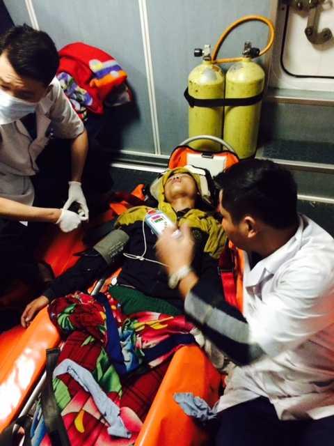 Sau nhiều giờ nỗ lực, tàu SAR 274 đã đưa ngư dân trên tàu cá QNg 92020TS bị nạn về đất liền
