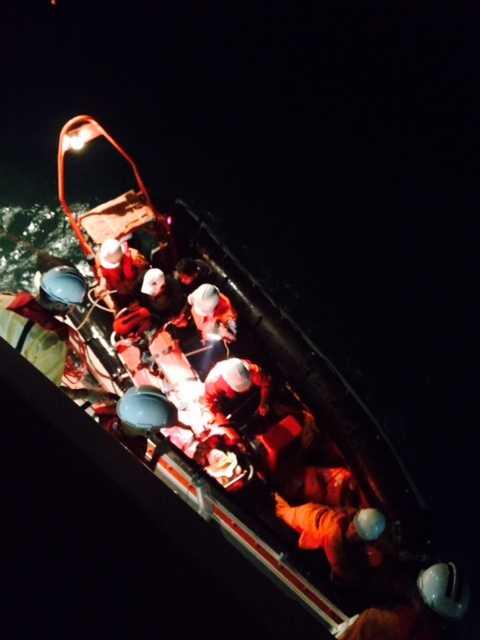 Tàu SAR274 thả xuồng cứu hộ cứu ngư dân trên tàu cá QNg 92020TS bị nạn
