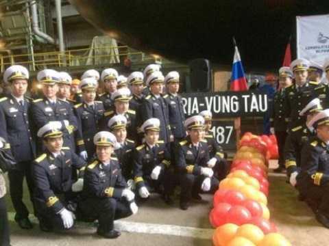 Kíp thủy thủ tàu ngầm bên chiếc Kilo Bà Rịa Vũng tàu.
