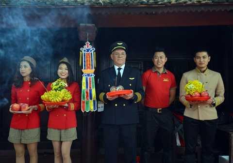 Sáng 2/1, sau chuyến bay từ Nha Trang ra Hà Nội, cơ trưởng Carlos Braganca cùng tổ bay gồm các tiếp viên của hãng hàng không Vietjet đã tới chùa Trấn Quốc, hòa trong dòng người đi lễ cầu an, tiễn ông Công, ông Táo lên trời.