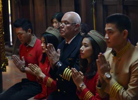 Tổ bay thành kính làm lễ tại chùa Trấn Quốc trước khi thực hiện các nghi thức phóng sinh.