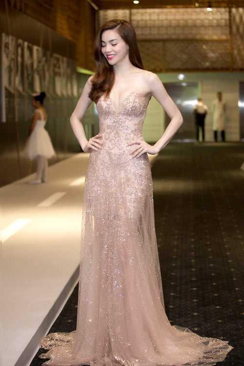 Cũng tại sự kiện này, Hồ Ngọc Hà gây ấn tượng bởi phong cách thanh thoát, gợi cảm khi diện váy cúp ngực tôn đường cong do nhà thiết kế Anh Thư thực hiện.