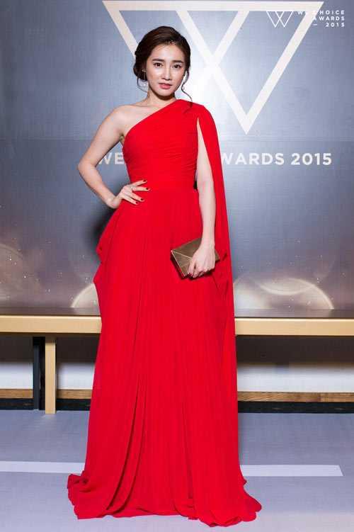 Mẫu đầm lệch vai đỏ rực với chất liệu mềm mại, đường nét trau chuốt giúp Nhã Phương trở thành tâm điểm chú ý.