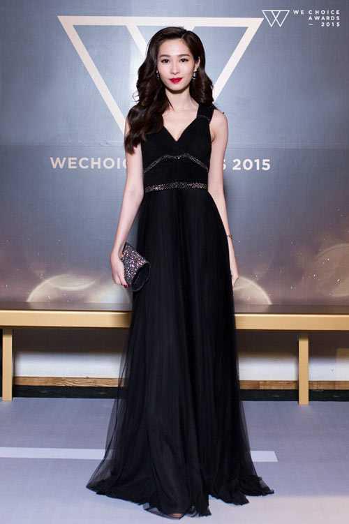 Hoa hậu Thu Thảo tiếp tục ghi điểm bởi vẻ đẹp mong manh, duyên dáng trong một tác phẩm của nhà tạo mẫu thân thiết Lê Thanh Hòa.