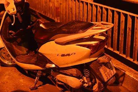 Chiếc xe máy của nạn nhân để lại trên cầu