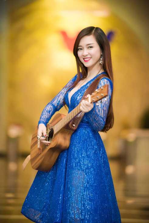 Đinh Hương thay một chiếc váy khác, không kém phần quyến rũ.