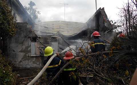 Sau hơn 2 tiếng đồng hồ nỗ lực, đến 10h30 sáng cùng ngày, đám cháy đã được khống chế
