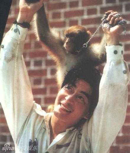 Chú khỉ con gắn bó với Lục Tiểu Linh Đồng.