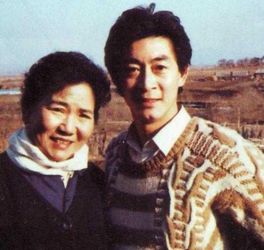 Ông chụp ảnh cùng nghệ sĩ Triệu Lệ Dung, người thể hiện vai Vương hậu nước Ô Kê trong Tây Du Ký.