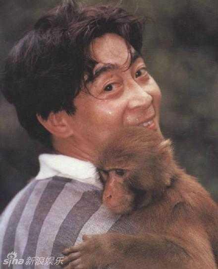 Chú khỉ ngoan ngoãn nằm trên vai Lục Tiểu Linh Đồng.