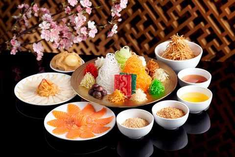 Singapore và Malaysia: Món ăn truyền   thống nổi tiếng của Singapore và Malaysia trong ngày tết là Yu Sheng.   Đó là một loại gỏi với cá hồi sống và nhiều loại rau củ thái sợi như đu   đủ, khoai môn, bưởi, gừng chua… Trước khi ăn món này, người ta sẽ đặt   một số bao lì xì ở bên cạnh để tung tất cả lên không trung sao cho càng   cao càng tốt, vừa có nghĩa là trộn đều, vừa có nghĩa là thịnh vượng.