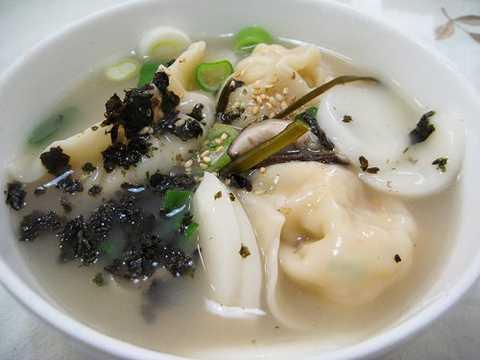 Hàn Quốc: Tết của người dân Hàn Quốc   được tổ chức theo âm lịch, gọi là Tết Seolla. Các món ăn ngày Tết của   người Hàn thường làm từ gạo và khoai tây, kim chi. Ngoài các món trên,   hai món tok và garettok được làm từ thịt gia súc và gia cầm sau đó được   chiên lên cũng là hai món ăn bắt buộc có trong ngày Tết của người dân   Hàn Quốc.