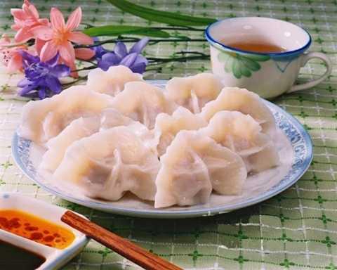 Trung Quốc: Trung Quốc cũng đón Tết âm   lịch tương tự Việt Nam. Thông thường, trên bàn tiệc năm mới của họ sẽ có   cá và bánh bao, hai món ăn mang ý nghĩa thịnh vượng, may mắn. Ngoài ra,   tùy theo vùng miền mà các món ăn may mắn sẽ được thay thế.