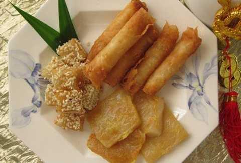 Mông Cổ: Tết của người Mông Cổ gọi là   Tsagaan Sar, cũng kéo dài từ ngày mồng 1 Âm lịch cho đến hết ngày mồng 3   Âm lịch giống như tại Việt Nam hay Trung Quốc. Món ăn thường ngày không   thể thiếu của người Mông Cổ là các loại bánh bột và sữa ngựa.