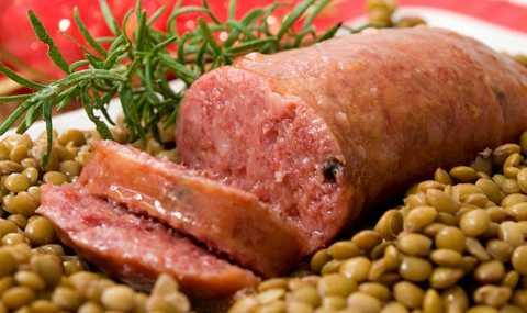 Italy: Trong đêm giao thừa, người Italy   sẽ cùng nhau thưởng thức món Cotechino con lenticchie (xúc xích với đậu   lăng). Những hạt đậu là biểu tượng của sự no đủ, may mắn trong dịp năm   mới.