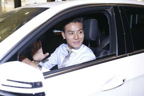 Hiếu Nguyễn tự lái xe sang đến sự kiện ra mắt phim 'Ám ảnh'.