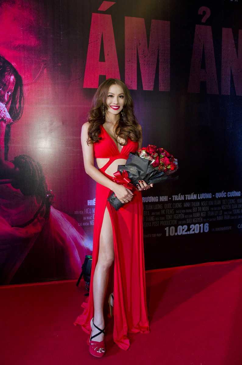 Yaya Trương Nhi diện đầm cắt xẻ mạnh tay vô cùng sexy.