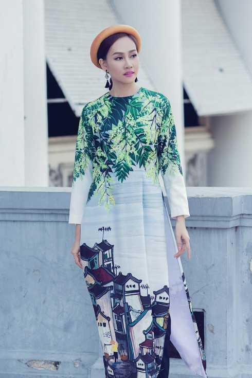 Ngoài   việc diễn thời trang thì Á Hậu Kim Duyên còn lấn sân sang   công việc MC và nhận được nhiều lời khen ngợi.