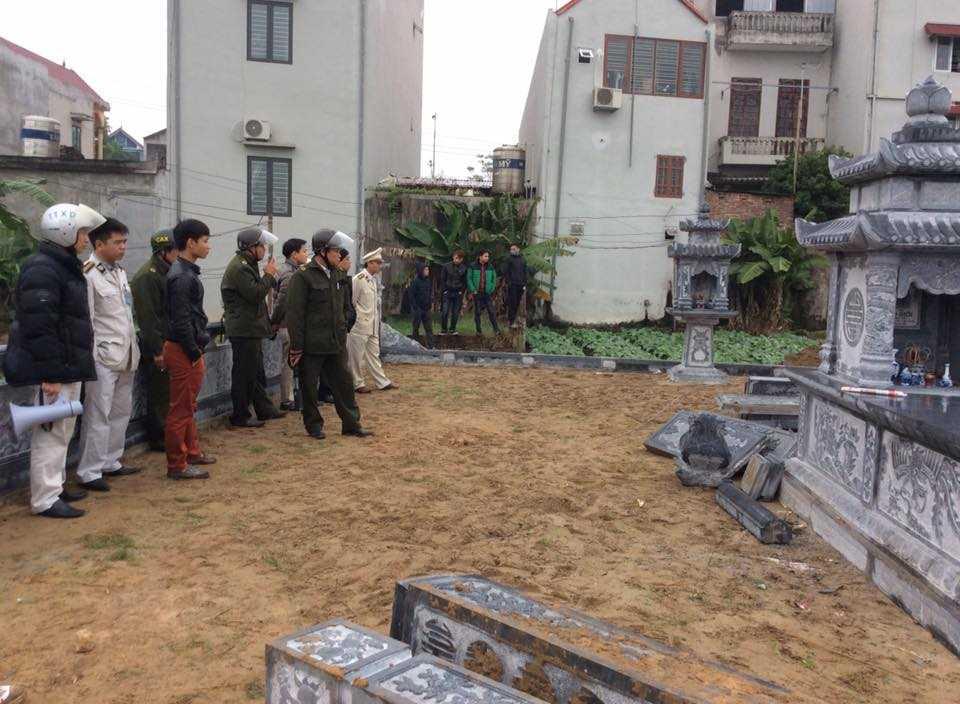 Nhiều miếng đá xanh lớn tháo dỡ để trên khu mộ nhưng được đơn vị chức năng mang đi nơi khác mà không thông báo cho gia đình ông Huấn biết.