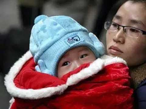Trên thực tế, việc mặc quá nhiều quần áo vào mùa đông có thể gây hại cho trẻ. (Ảnh: nguồn internet).