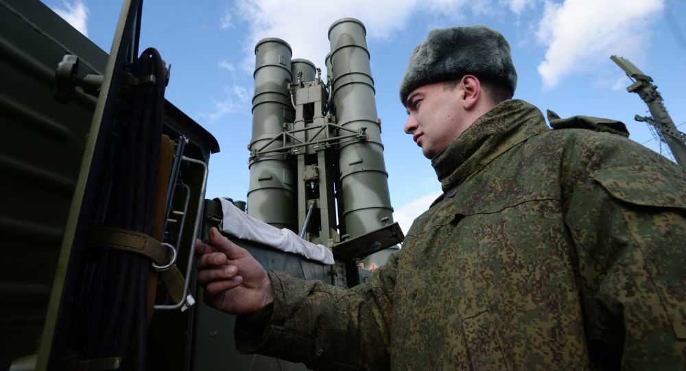 Binh sỹ Nga bên cạnh một hệ thống tên lửa phòng không