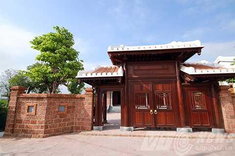 Sau khi viếng mộ, người dân thăm khu tưởng niệm ông Nguyễn Bá Thanh