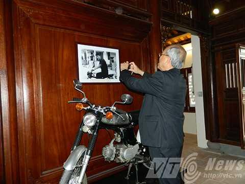 Hay tận mắt xem những kỷ vật hay ngắm nhìn những bức hình ông Nguyễn Bá Thanh khi còn trẻ.